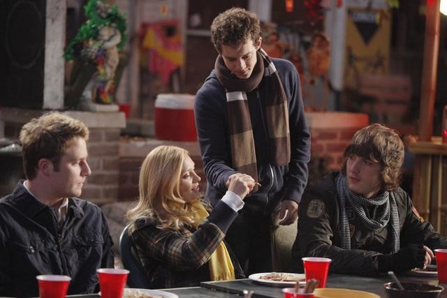 Jake McDorman, Spencer Grammer, Jacob Zachar e Scott Michael Foster in una scena dell'episodio The Wish-Pretzel della serie Greek