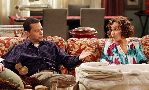 Jon Cryer ed Annie Potts nell'episodio Mmm, Fish. Yum. di Due uomini e mezzo
