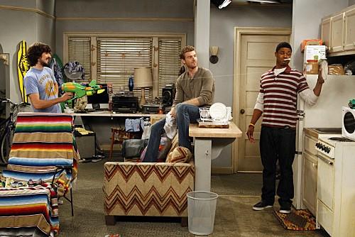 Jon Foster, Nicolas Wright e Pooch Hall in una scena dell'episodio Fight Club di Accidentally on Purpose