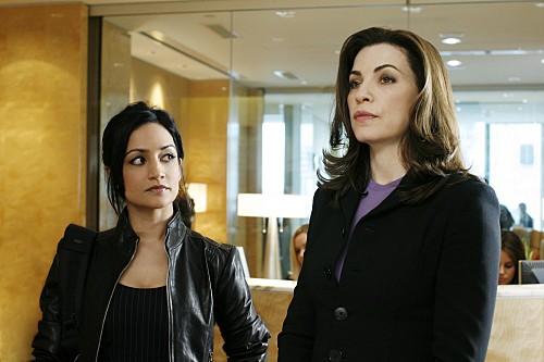 Julianna Margulies ed Archie Panjabi in una scena dell'episodio Home della serie The Good Wife