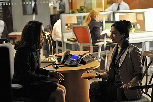 Julianna Margulies ed Archie Panjabi nell'episodio Fixed della serie The Good Wife