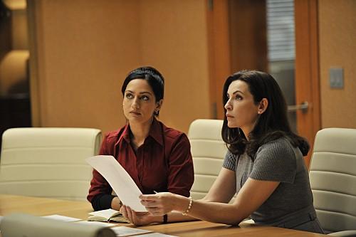 Julianna Margulies ed Archie Panjabi in una scena dell'episodio Fixed della serie The Good Wife