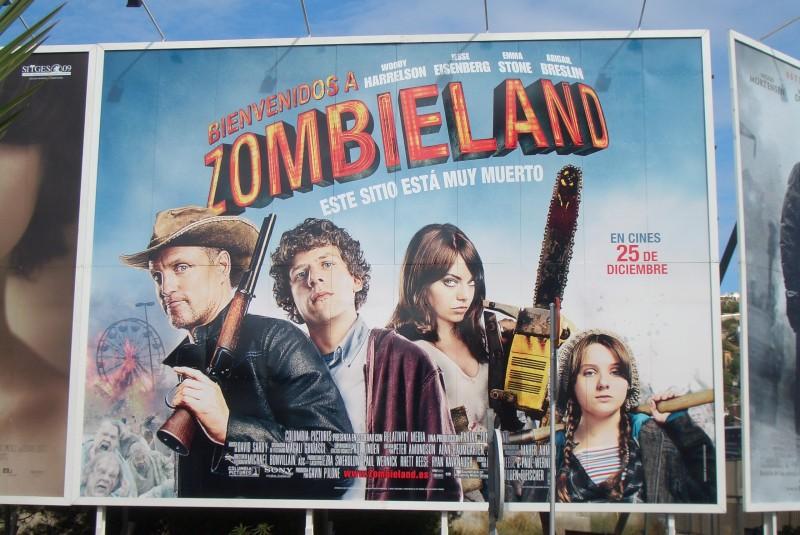Manifesto gigante stradale di Benvenuti a Zombieland esposto di fronte al palazzo dove si è svolto il Festival internazionale del cinema fantastico di Catalogna