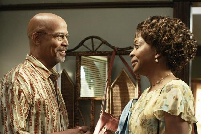 Michael Warren e Tina Lifford in una scena dell'episodio Relative Unknown della serie Lincoln Heights