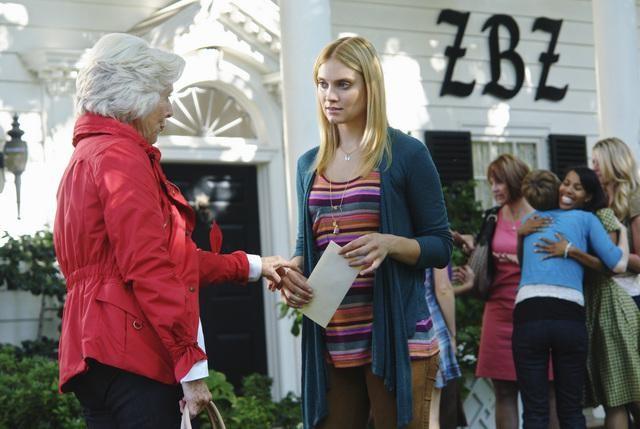 Mimi Cozzens e Spencer Grammer in una scena dell'episodio Down on Your Luck della serie Greek