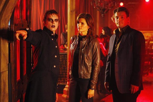 Nathan Fillion e Stana Katic in un momento dell'episodio Vampire Weekend della serie Castle