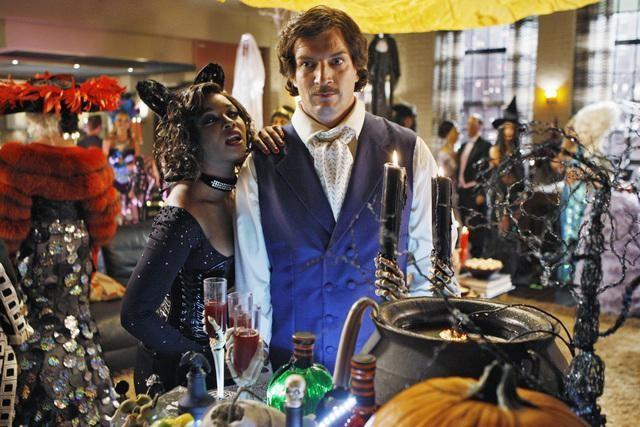 Nathan Fillion e Tamala Jones in una scena dell'episodio Vampire Weekend della serie Castle