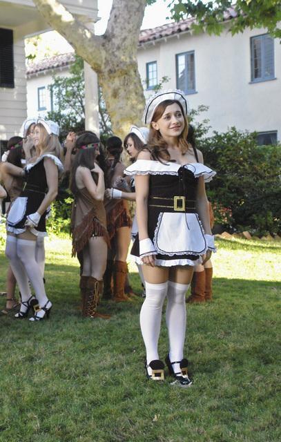 Olesya Rulin in una scena dell'episodio Lost and Founders della serie Greek