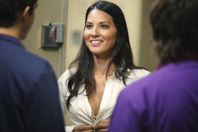 Olivia Munn in una scena dell'episodio Fight The Power della serie Greek