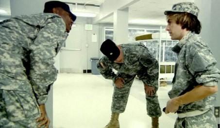 Sacha Baron Cohen nei panni di Bruno insieme a due militari, in una scena del film