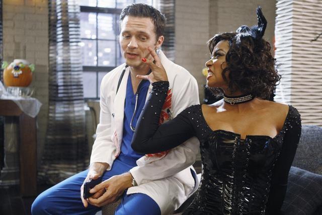 Seamus Dever e Tamala Jones in un momento dell'episodio Vampire Weekend della serie Castle