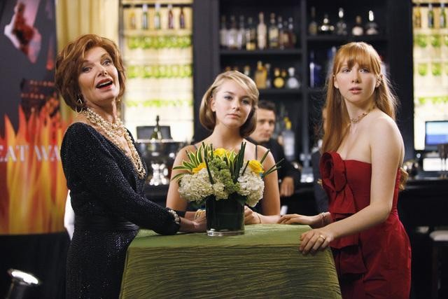 Susan Sullivan e Molly C. Quinn in una scena dell'episodio When the Bough Breaks della serie Castle