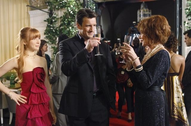 Susan Sullivan, Molly C. Quinn e Nathan Fillion in una scena dell'episodio When the Bough Breaks della serie Castle