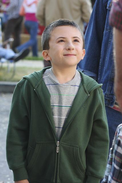 Atticus Shaffer in una scena dell'episodio The Block Party della serie The Middle