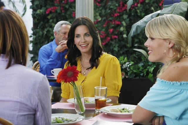 Christa Miller, Busy Philipps e Courteney Cox in una scena dell'episodio A Woman In Love (It's Not Me) di Cougar Town