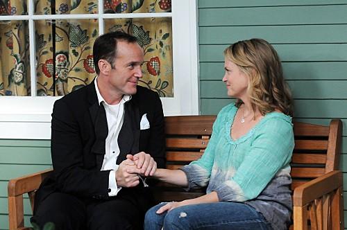 Clark Gregg ed Emily Rutherfurd in una scena dell'episodio Bahamian Rhapsody de La complicata vita di Christine