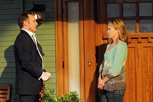 Clark Gregg ed Emily Rutherfurd nell'episodio Bahamian Rhapsody de La complicata vita di Christine