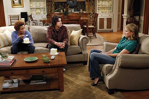 Emily Rutherfurd, Wanda Sykes e Hamish Linklater in una scena dell'episodio Burning Love de La complicata vita di Christine