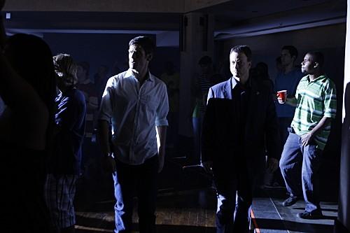 Gary Sinise ed Eddie Cahill in una scena dell'episodio Battle Scars di CSI New York