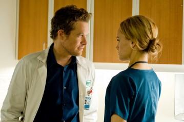 James Tupper e Taylor Schilling in una scena dell'episodio Pulling the Goalie della serie Mercy