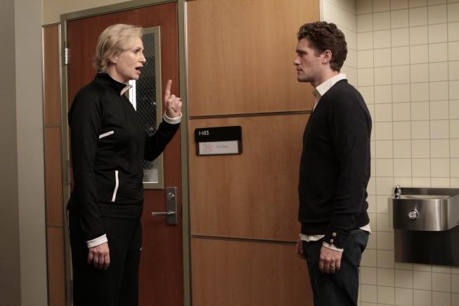 Jane Lynch e Matthew Morrison in una scena dell'episodio Mash-Up della serie Glee
