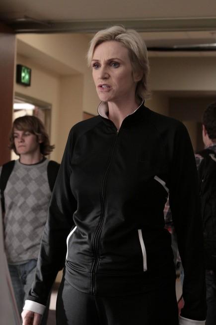 Jane Lynch in una scena dell'episodio Mash-Up della serie Glee