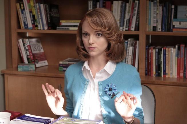 Jayma Mays in una scena dell'episodio Mash-Up della serie Glee