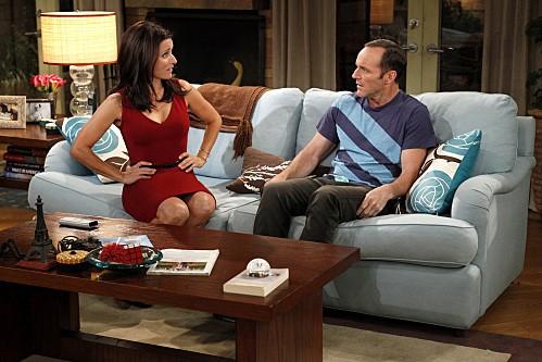 Julia Louis-Dreyfus e Clark Gregg in una scena dell'episodio Burning Love de La complicata vita di Christine