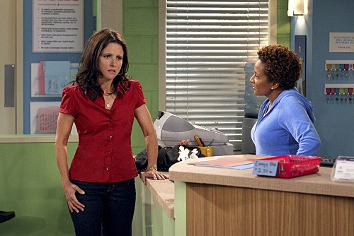 Julia Louis-Dreyfus e Wanda Sykes in un momento dell'episodio The Mole de La complicata vita di Christine