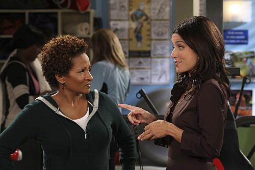 Julia Louis-Dreyfus e Wanda Sykes in una scena dell'episodio The Mole de La complicata vita di Christine
