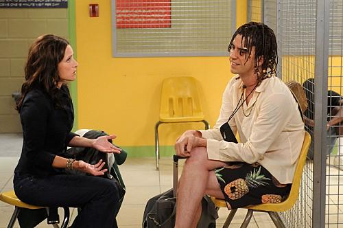 Julia Louis-Dreyfus ed Hamish Linklater in una scena dell'episodio Bahamian Rhapsody de La complicata vita di Christine