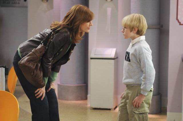 Melinda McGraw e Nathan Gamble in una scena dell'episodio Drag Your Daughter to Work Day della serie Hank