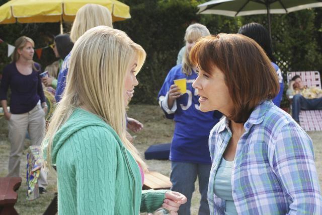 Rachel Marie e Patricia Heaton in una scena dell'episodio The Block Party della serie The Middle