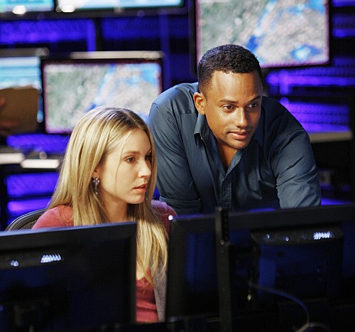 Sarah Carter ed Hill Harper in una scena dell'episodio Dead Reckoning di CSI New York