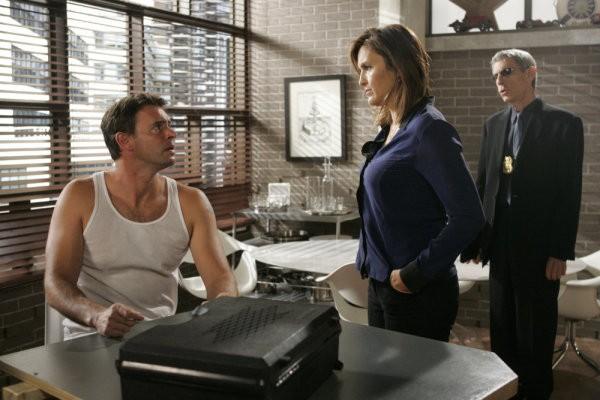 Scott Foley, Mariska Hargitay e Richard Belzer in una scena dell'episodio Hammered della serie Law & Order: SVU