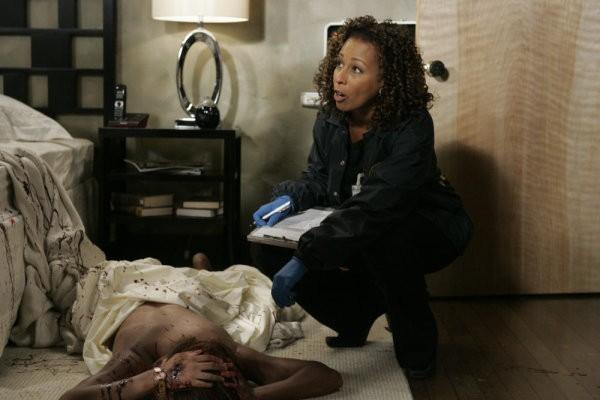 Tamara Tunie in una scena dell'episodio Hammered della serie Law & Order: SVU