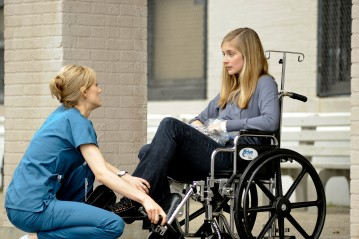 Taylor Schilling e Caitlin Fitzgerald in una scena dell'episodio Hope You're Good, Smiley Face della serie Mercy