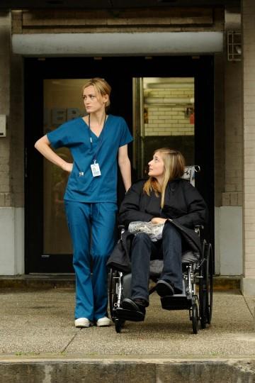 Taylor Schilling e Caitlin Fitzgerald nell'episodio Hope You're Good, Smiley Face della serie Mercy