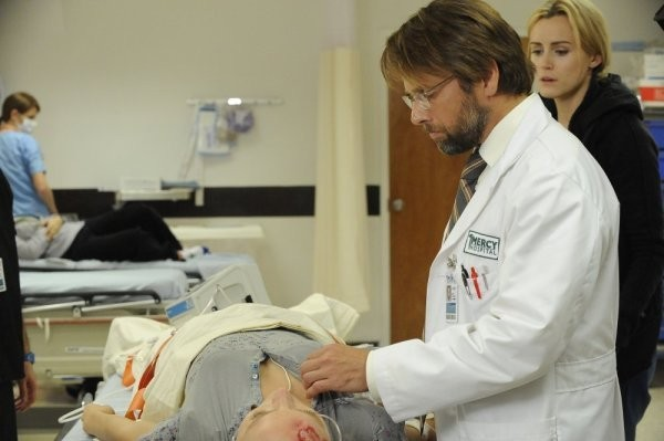 Taylor Schilling e James LeGros in una scena dell'episodio You Lost Me With The Cinder Block della serie Mercy