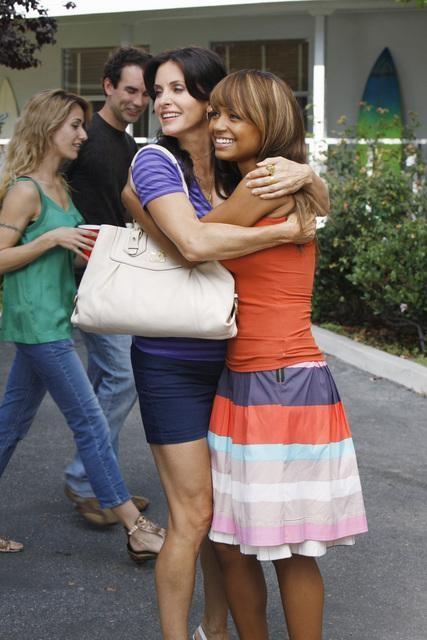 Tyra Colar e Courteney Cox in una scena dell'episodio A Woman In Love (It's Not Me) di Cougar Town