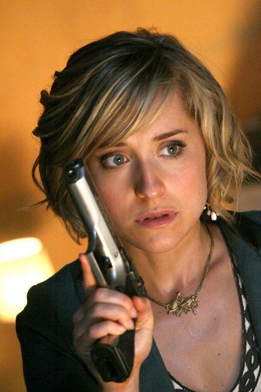 Allison Mack armata di pistola in una scena dell'episodio Savior di Smallville