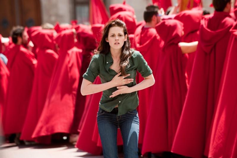 Bella (Kristen Stewart) circondata dai festeggiamenti nella città di Volterra nel film The Twilight Saga: New Moon