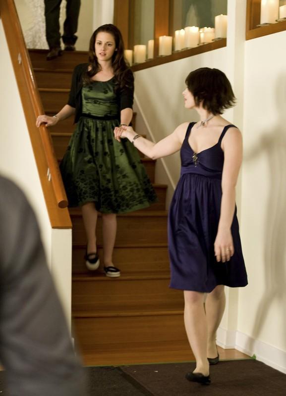 Bella (Kristen Stewart) con Alice (Ashley Greene) a casa Cullen in una sequenza del film Twilight: New Moon
