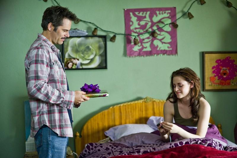 Charlie (Billy Burke) festeggia il compleanno di Bella (Kristen Stewart) in una scena del film The Twilight Saga: New Moon