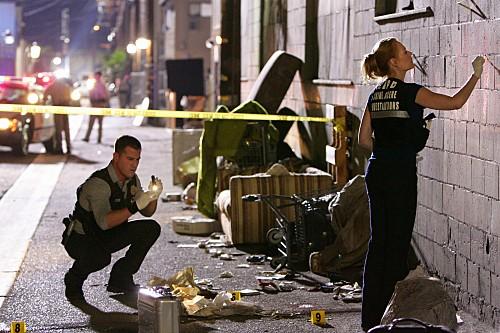 George Eads e Marg Helgenberger in una scena dell'episodio Death & The Maiden della serie CSI