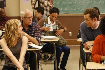 Gillian Jacobs e Joel McHale in una scena dell'episodio Social Psychology della serie Community