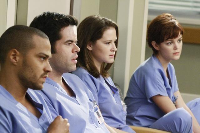 Jesse Williams, Robert Baker, Sarah Drew e Nora Zehetner  in una scena dell'episodio I Saw What I Saw di Grey's Anatomy