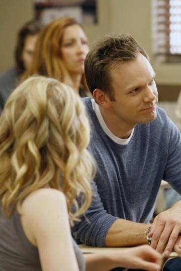 Joel McHale in una scena dell'episodio Social Psychology della serie Community