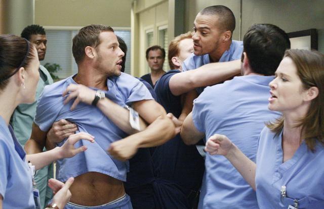 Justin Chambers e Jesse Williams in una scena dell'episodio I Saw What I Saw di Grey's Anatomy