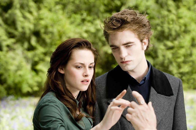 K. Stewart e R. Pattinson in una sequenza del secondo film della Saga Twilight